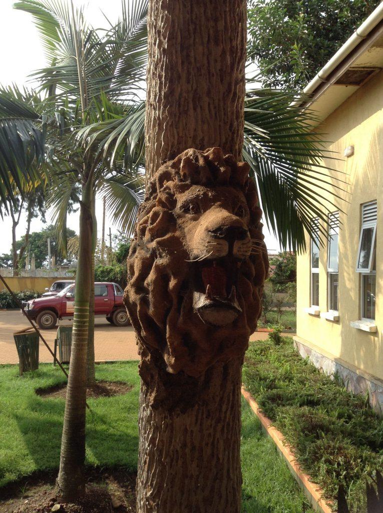 彫られたライオン
